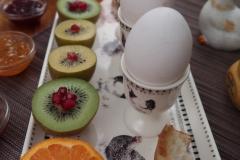 Petit-déjeuner-de-Pâques-Fruits-et-oeufs